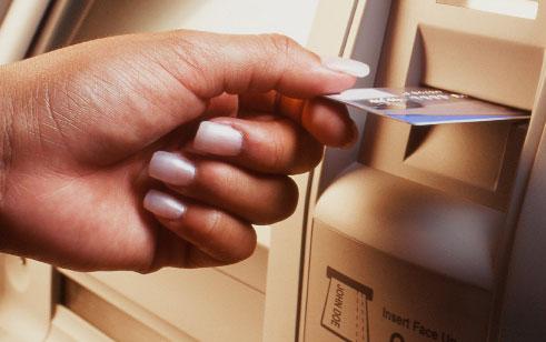Guichet automatique bancaire Barclays en 1967 à Londres
