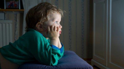 Enfants : Une télévision allumée fait perdre de précieuses minutes de sommeil