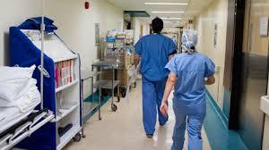 Québec : Un infirmier auxiliaire accusé d'avoir touché les seins d'une patiente