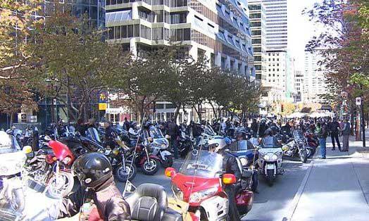 SAAQ : Des motocyclistes manifestent devant les bureaux de Philippe Couillard à Montréal