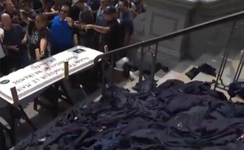 Projet de loi des régimes de retraite : Des employés municipaux manifestent et fêtent l'anniversaire de M. Coderre