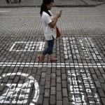Des trottoirs pour les utilisateurs de téléphone portable : Chongqing tente l'expérience