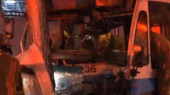 Un autobus de la STM percute un arbre à Montréal : Une quinzaine de personnes blessées