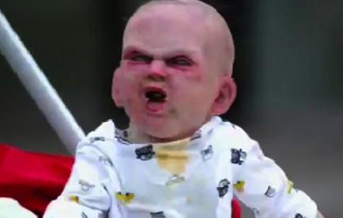 Vidéo : Un bébé terrifie plusieurs passants dans les rues de New York