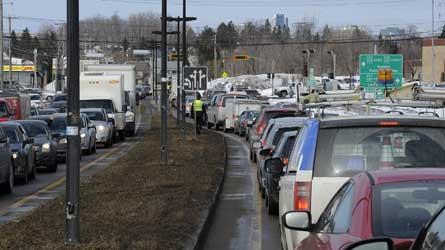 Pont Pierre-Laporte : Un véhicule en feu a causé un important embouteillage