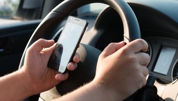 Téléphone cellulaire au volant : Quatre points d'inaptitude au lieu de trois