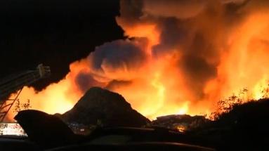 Un violent incendie dans un site de recyclage de voitures à Laval