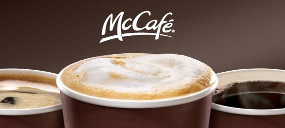 Une souris dans un verre de café noir de McDonald's