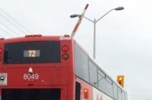 Ottawa : Un accident évité de peu entre un autobus d'OC Transpo et un train de Via Rail